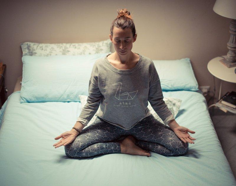 Sukahasana - posizione comoda seduta a gambe incrociate - Atma Yoga