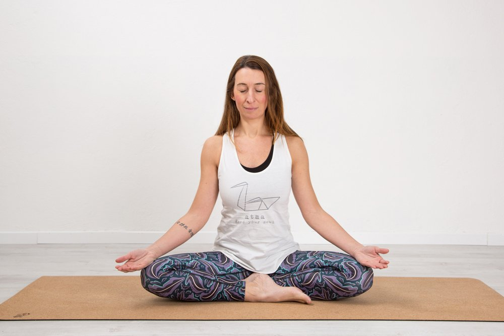Sukhasana variante - Posizione semplice di meditazione ...
