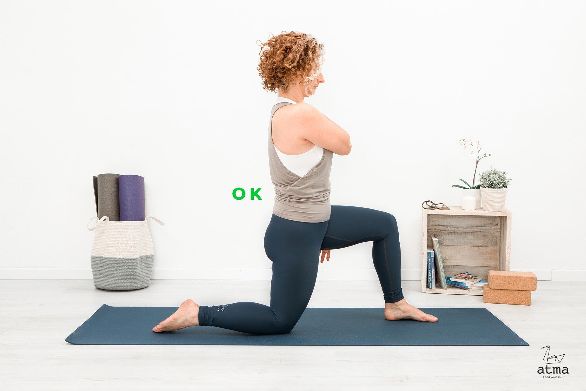 Posizione di partenza, affondo, ginocchio a terra, colonna nelle sue curve fisiologiche, corretto