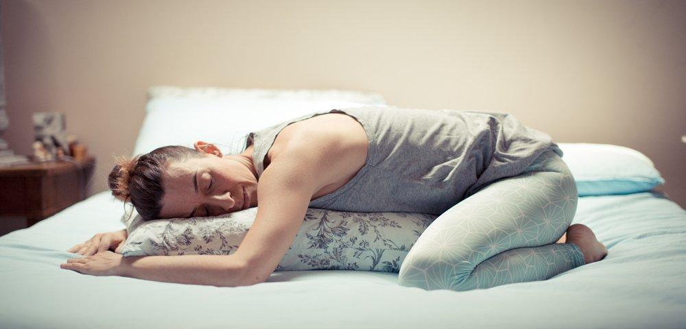 posizioni di yoga per dormire bene, allontanare le tensioni e svegliarsi al mattino più sereni e riposati.