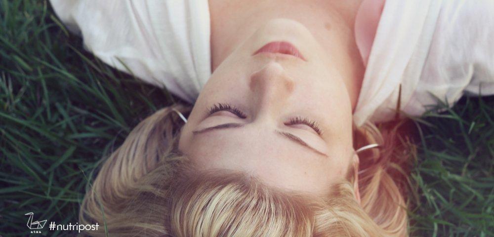 ottieni i benefici di savasana rilassandoti nella posizione del cadavere
